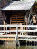 Un vieux moulin avec de l'eau roulent dedans la Pologne Photos libres de droits