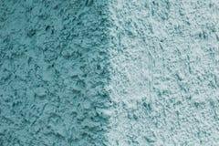 Un vieux mur bleu, une lumière et partie foncée photo stock