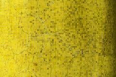 Un vieux mur jaune de carreaux de céramique de fente Photo libre de droits