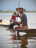 Un vieux pêcheur sur le lac d'inle, myanmar 2 Image libre de droits