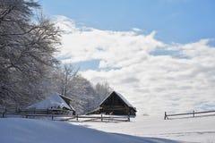 Un vieux parc à moutons abandonné couvert dans la neige au début de l'hiver Photos stock