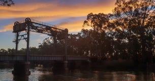 un vieux pont au coucher du soleil image libre de droits