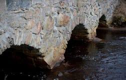 Un vieux pont en pierre au-dessus d'Almariver photographie stock libre de droits