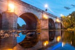 Un vieux pont en pierre de rivière avec des lumières photo stock