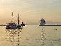 Un vieux port dans le temps de soirée Images libres de droits