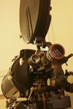 Un vieux projecteur de film de 35mm photos stock