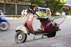 Un vieux scooter utilisé pour transporter des marchandises sur la rue asiatique photo libre de droits