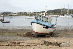 Un vieux seul parc en bois de bateau sur la plage de sable Photographie stock libre de droits