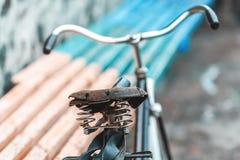 Un vieux siège de bicyclette avec un amortisseur de ressort Photo stock