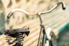 Un vieux siège de bicyclette avec un amortisseur de ressort Photographie stock libre de droits