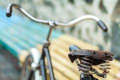 Un vieux siège de bicyclette avec un amortisseur de ressort Photos stock