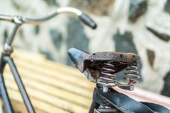 Un vieux siège de bicyclette avec un amortisseur de ressort Photos libres de droits