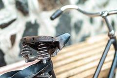 Un vieux siège de bicyclette avec un amortisseur de ressort Image stock