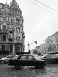 Un vieux Soviétique Lada conduit par le centre de Kyiv - l'UKRAINE - JOUR PLUVIEUX Image stock
