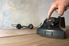 Un vieux téléphone et un appel Photos libres de droits