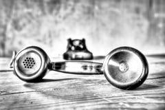 Un vieux téléphone fatigué pendant les festivités de Noël Images stock