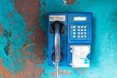 Un vieux téléphone public dans Itajai, Santa Catarina, Brésil image libre de droits