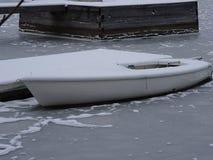 Un vieux temps du ` s de dock semble finir en raison de l'hiver sur notre archipel et sa belle nature de lui Photo libre de droits