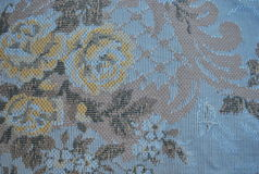 Un vieux textile avec des fleurs Photo libre de droits