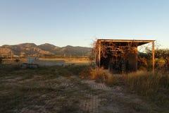 Un vieux tracteur s'est garé avec un fond de paysage Images stock