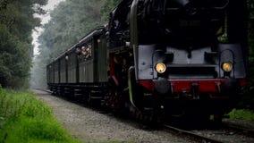 Un vieux train fonctionnant grand de vapeur banque de vidéos