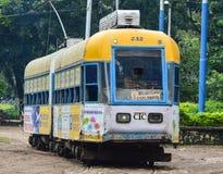 Un vieux tram fonctionnant sur la voie ferroviaire dans Kolkata, Inde Photos libres de droits
