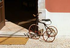 Un vieux tricycle d'enfant Photo stock