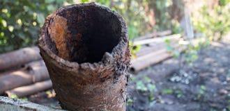 Un vieux tuyau rouillé en métal au sol images libres de droits