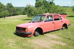 Un vieux véhicule sur le pré photographie stock