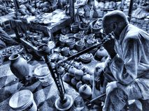 Un vieux vendeur la nuit de Diwali photos libres de droits