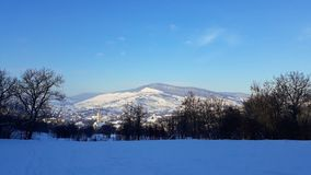 Un village couvert par neige photos stock