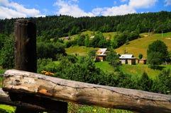 Un village dans les Carpathiens Image stock
