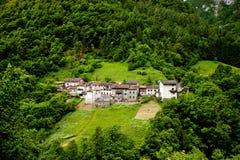Un village de montagne dans les dolomites Photos stock