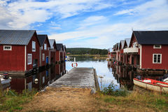 Un village de pêche suédois traditionnel sur la côte baltique images stock
