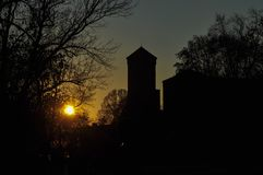 Un village mystérieux au coucher du soleil photos stock
