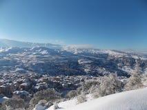 Un village neigeux dans la montagne Images libres de droits