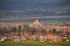 Un village par le lac photos stock