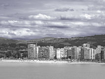 Un village sur la plage en noir et blanc image stock
