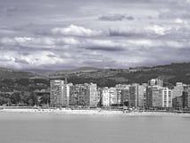 Un village sur la plage en noir et blanc photographie stock