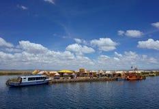 Un village sur les îles de flottement image stock