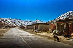 Un village tibétain du sud à distance avec des montagnes Photo stock
