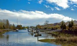 Un villaggio al fiume Immagine Stock Libera da Diritti