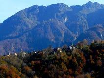 Un villaggio antico in una valle isolata Fotografia Stock Libera da Diritti