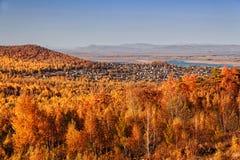 Un villaggio di festa fra le colline dipinte nei colori luminosi di autunno immagine stock libera da diritti