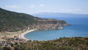 Un villaggio e una spiaggia naturale Fotografie Stock
