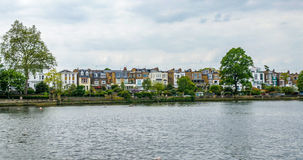 Un villaggio inglese tipico della riva del fiume a Londra ad ovest Fotografia Stock Libera da Diritti