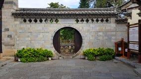 Un villaggio murato tradizionale nel Yunnan, Cina immagine stock