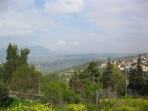 Un villaggio in un paesaggio montagnoso fotografie stock libere da diritti