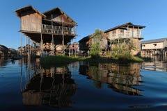 Un villaggio riflette sul lago Inle Immagine Stock Libera da Diritti