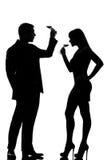 Un vin rouge potable d'échantillon d'homme et de femme de couples Photographie stock libre de droits